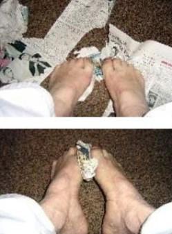 Fußgymnastik mit Zeitung